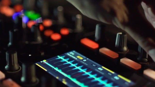 Traktor Kontrol S8 DJ controller