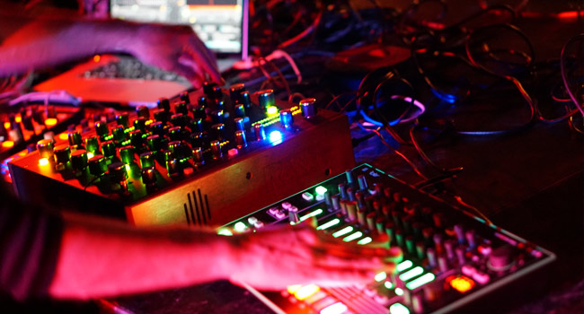 Syncing Drum Machines and Synthesizers With a DJ Set - DJ TechTools